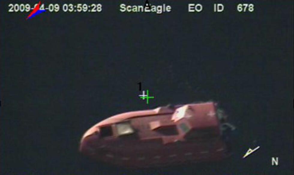 REDDET FRA LIVBÅT: Dette bildet frigitt av den amerikanske marinen, viser livbåten fra det amerikanske skipet Maersk Alabama, der kaptein Richard Phillips ble holdt som gissel av somaliske pirater. Foto: AP Photo/U.S. Navy/SCANPIX