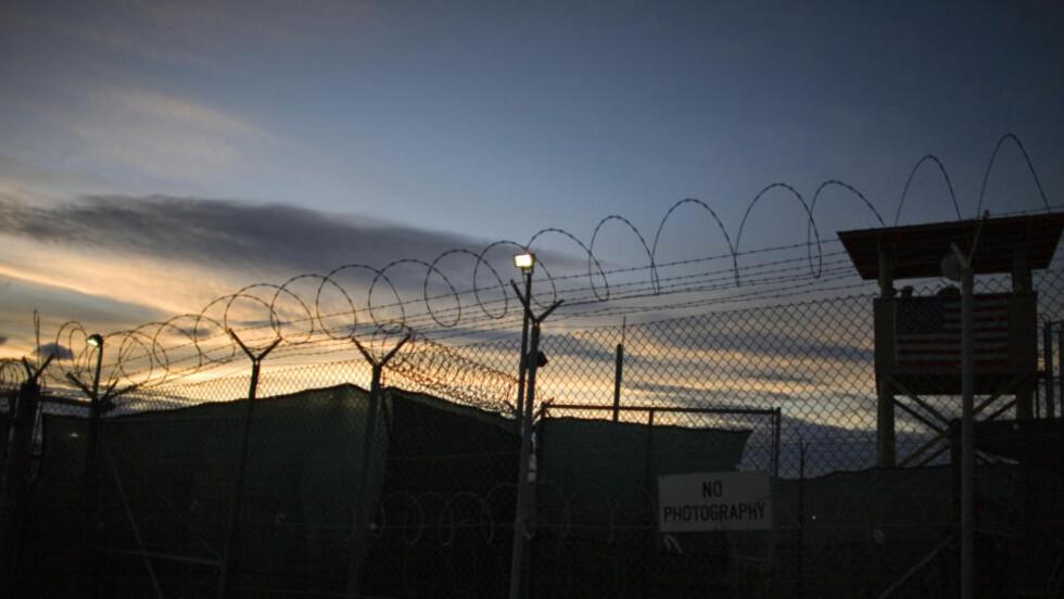 HEVDER HAN BLE MISHANDLET: En innsatt i Guantanamo-fengselet sier til TV-kanalen Al Jazeera at han er blitt mishandlet. Mannen klarte å ringe TV-kanalen direkte fra fengselet. Foto: AP/SCANPIX