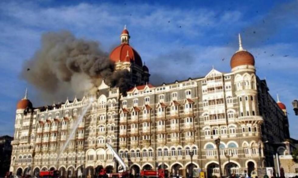 TERROR: 179 ble drept og over 300 såret under terrorangrepet mot forskjellige mål i Mumbai. Her brenner Taj Mahal hotel. Foto:EPA/STRINGER/SCANPIX