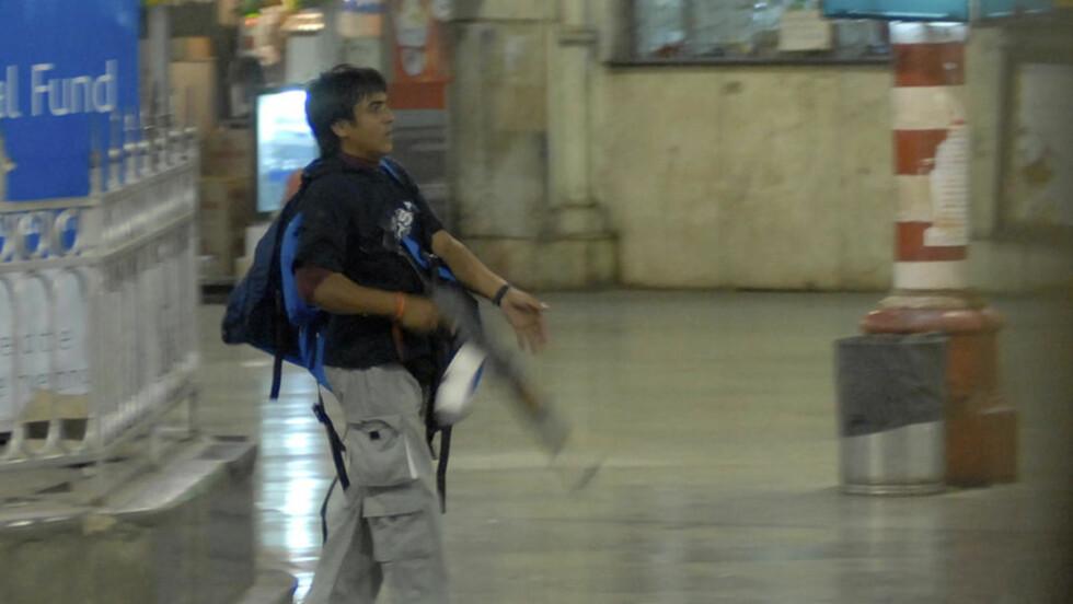 26. NOVEMBER: Mohammed Ajmal Amir Iman, eller Kasab som han kalles, sprer terror på Chhatrapati Shivaji Terminus jernbanestasjon i Mumbai. Han er den eneste av terroristene man vet overlevde. Foto: AP/Sebastian D'souza/Mumbai Mirror/SCANPIX