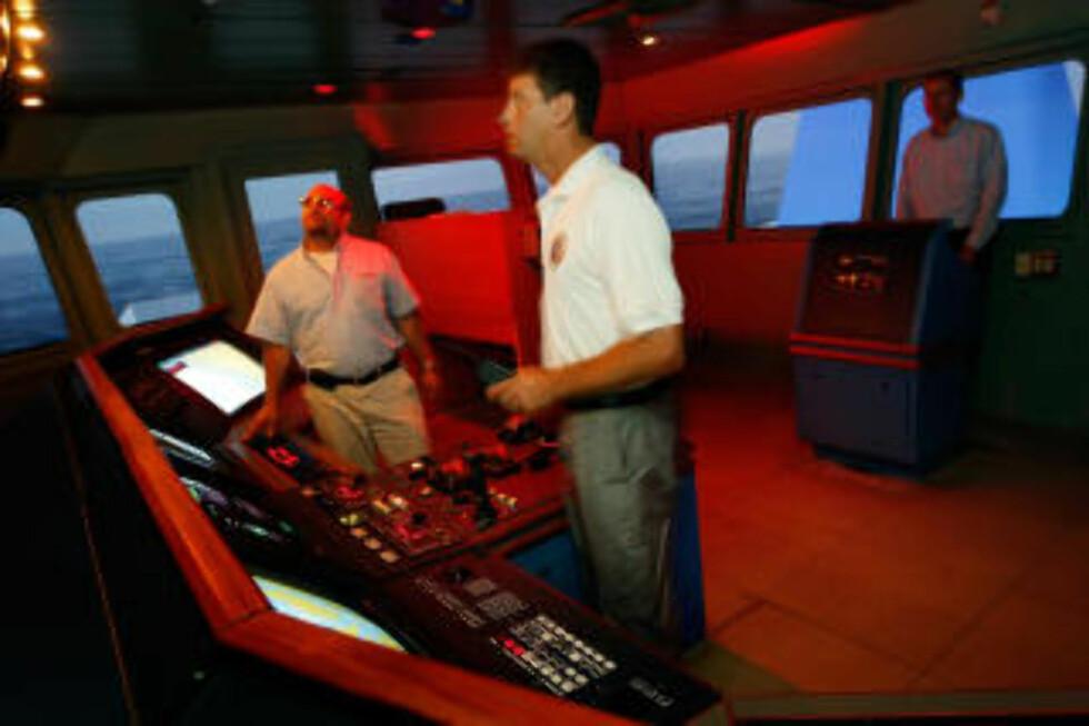 TRENER: Sjømennene David Greenhouse (t.v.), kaptein Gerard Pannell og Brian Long trener på piratangrep i en simulator i Florida. Foto: Joe Raedle/Getty Images/AFP