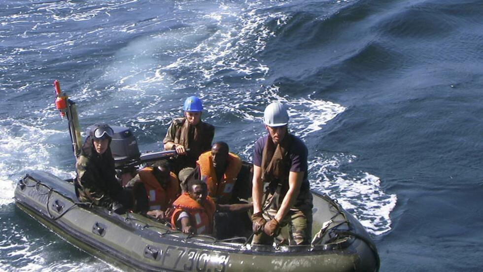 HOVEDFIENDE: Frankrike og USA er piratenes hovedfiender. Her frakter franske soldater tre pirater etter en aksjon i januar. Foto: REUTERS/Abdiqani Hassan/Scanpix