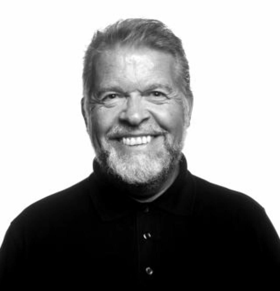 LANGER UT: Arne Selvik har skrevet en rekke bøker og artikler om næringsøkonomi, ledelse og styrearbeid. Foto: NHH