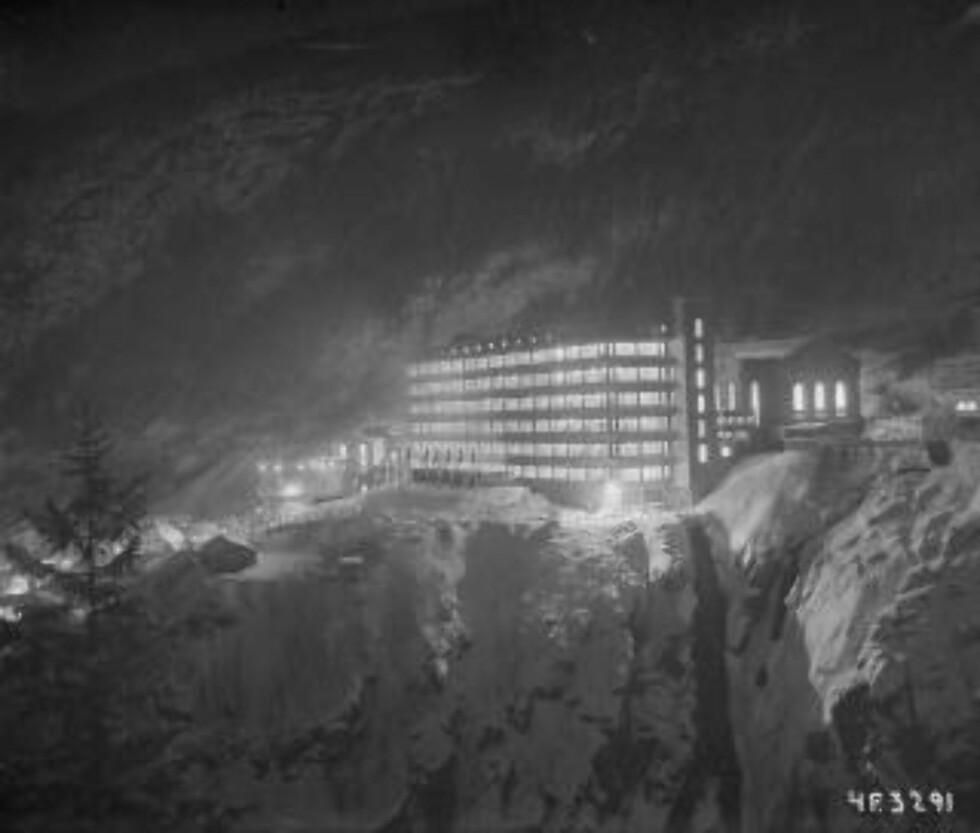 FØR: Hydrogen- og tungtvannsfabrikken på Vemork lå på kanten av stupet. Foto: Industriarbeidermuseet på Rjukan.