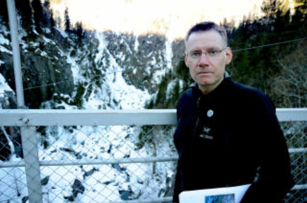 KLATRERE ENGASJERT: Jon Haukåssveen og flere andre klatrere har tatt på seg den kompliserte ryddejobben for Hydro. Foto: Øistein Norum Monsen.