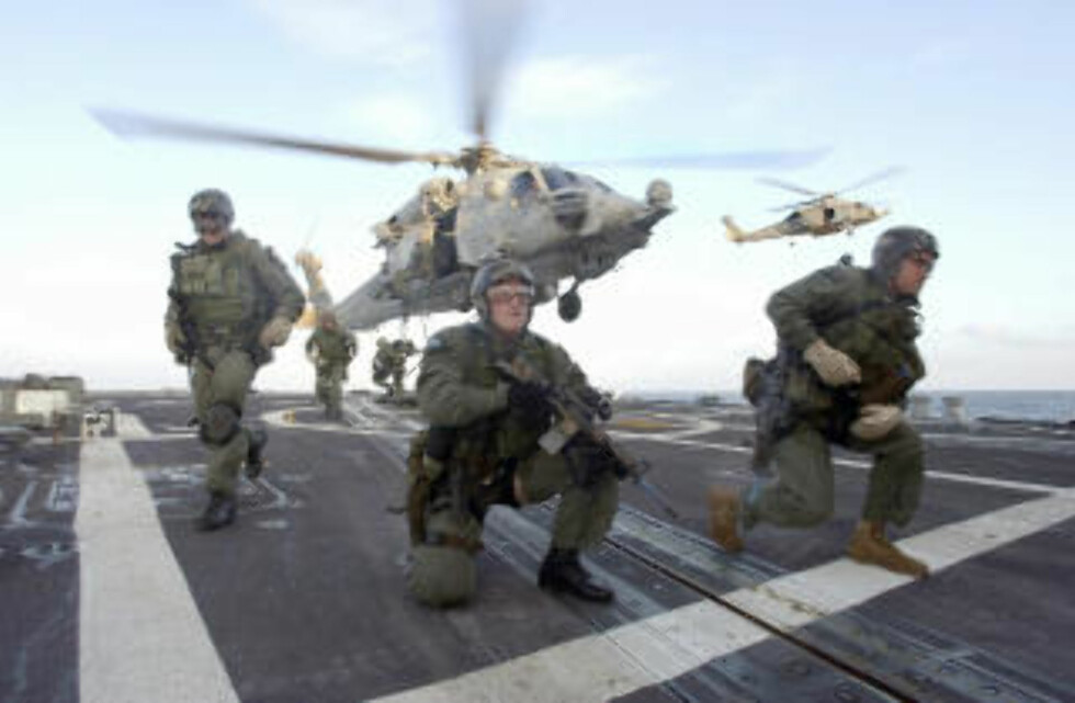 RIMELIGERE:  De som støtter Ron Pauls forslag, mener kaperne vil være et rimeligere alternativ enn Navy SEAL-styrker. Dette bildet er fra en øvelse i 2002. Foto: AP Photo/ U.S. Navy/SCANPIX