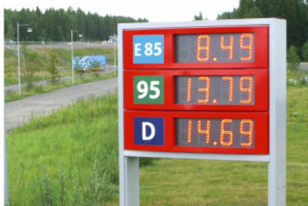 LIGNER PÅ FRP: På mange måter ligner Butts parti Fremskrittsparti. De vil ha lavere bensinpriser, fjerne bompengeringen og innføre lavere skatter. Bildet viser drivstoffpriser, etanol, bensin, diesel, på Statoil-stasjonen i Strängnäs i Sverige 10. juli 2008. Foto Per Løchen / SCANPIX