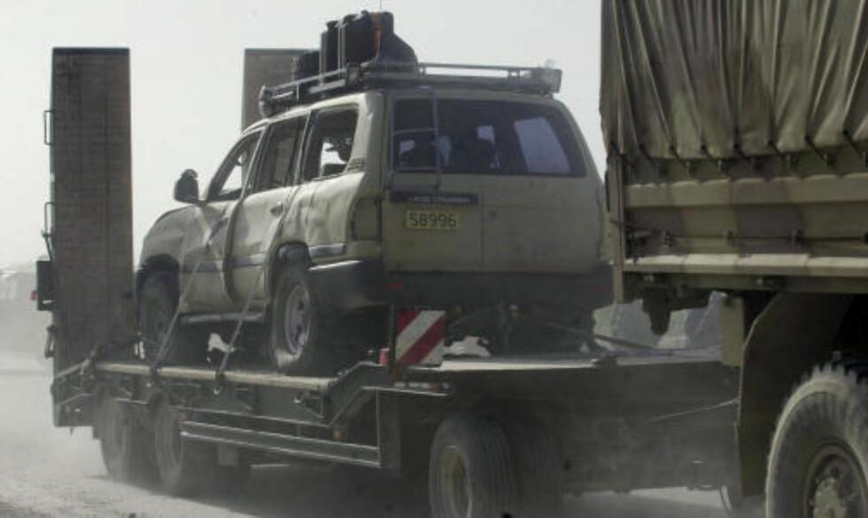 I KOLONNEN: En skadet bil blir fraktet vekk fra åstedet der en norsk offiser ble drept av en veibombe like vest for Mazar-i-Sharif i dag. Foto:AP/Eltaf Najafizada/SCANPIX