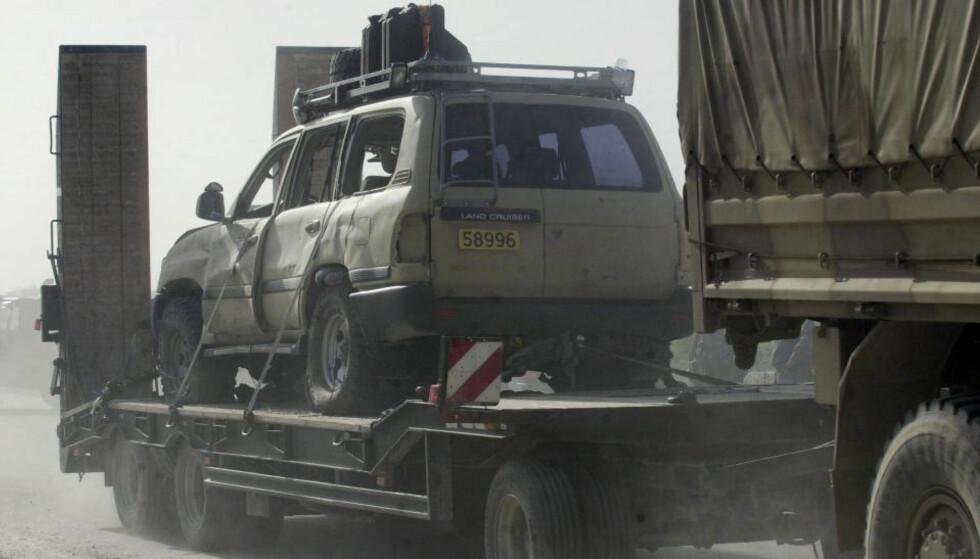 I KOLONNEN: En skadet norsk bil blir fraktet vekk fra åstedet der en norsk offiser ble drept av en veibombe like vest for Mazar-i-Sharif i dag. Foto:AP/Eltaf Najafizada/SCANPIX