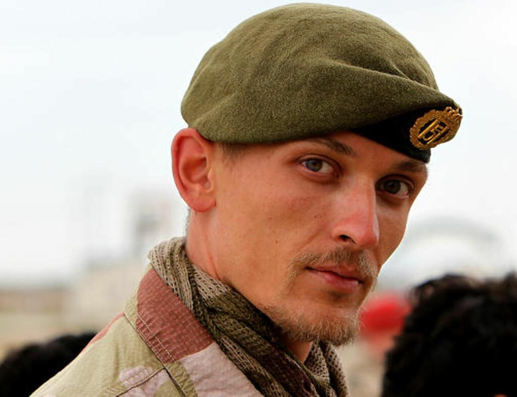 I DYP SORG: Kaptein Knut H. Grandhagen i Mazar-e Sharif forteller at de norske soldatene i Afghanistan er sterkt preget av det som er skjedd. I natt vil soldater stå æresvakt ved båren til sin drepte kamerat. Foto: Forsvaret