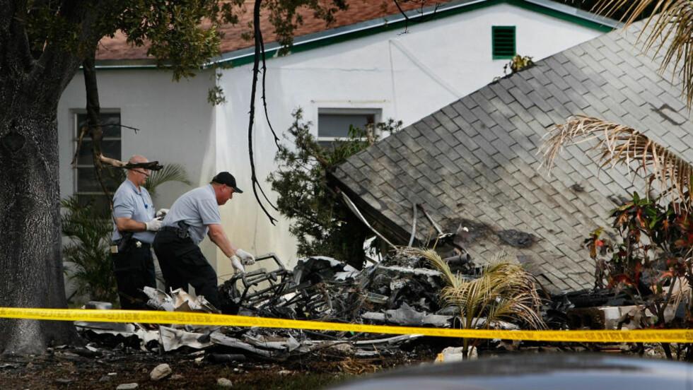 SØNDERKNUST: Huset gikk opp i flammer etter at småflyet krasjet ned i huset. Foto: Joe Raedle/Getty Images/AFP/SCANPIX