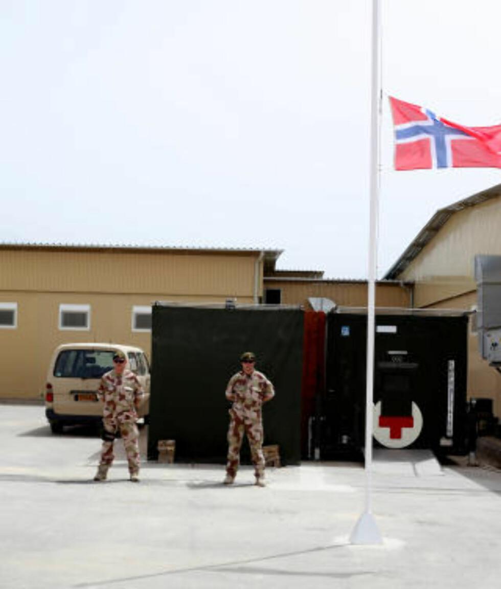ÆRESVAKT: To soldater står til enhver tid vakt utenfor det tyske feltsykehuset i Mazar-e-Sharif der kisten til Trond Petter Kolset befinner seg. Foto: Forsvaret