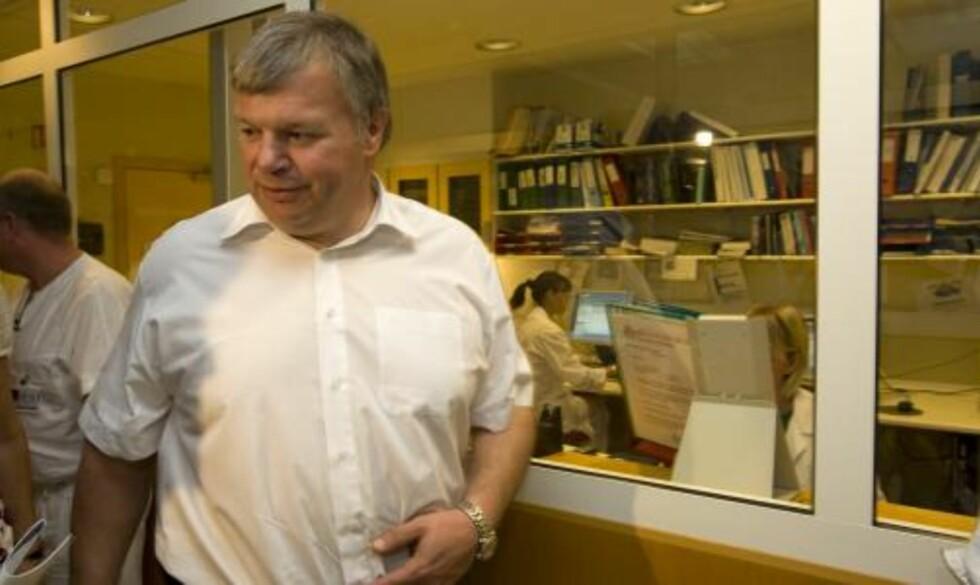 OVERFØRER ANSVAR: Helseminister  Bjarne Håkon Hanssen  under  besøket på Ullevål universitetssykehus. Foto: Terje Bendiksby / SCANPIX
