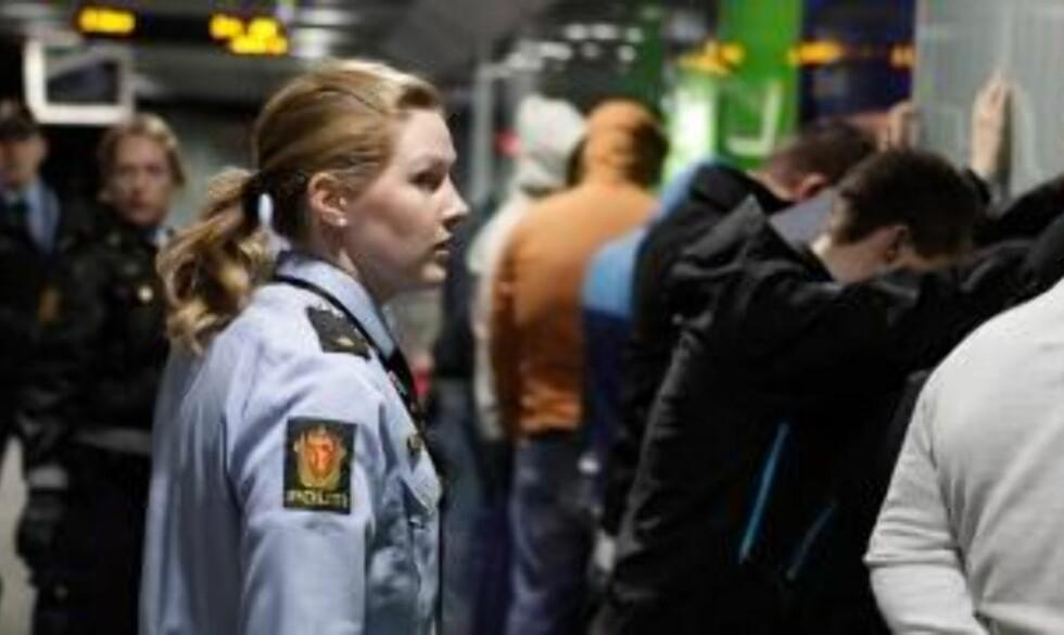 24 PÅGREPET:  24 personer er pågrepet på Carl Berner T-banestasjon i Oslo. Totalt i dag er 32 fotball-casuals pågrepet og siktet for ordensforstyrrelse. Foto:Sigurd Fandango