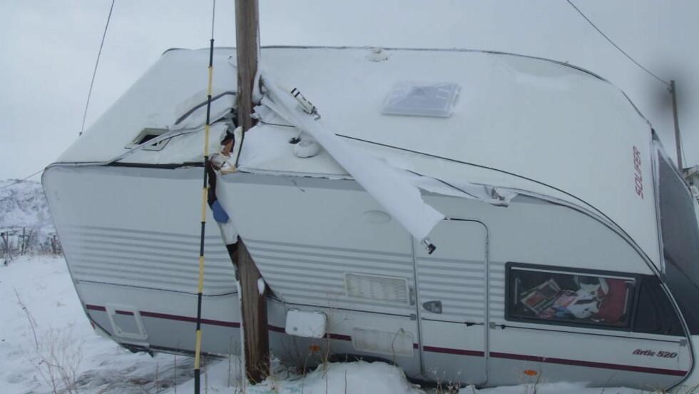 SLENGT 10-15 METER:  Denne campingvogna som sto ved Sørstraumen i Nord-Troms ble ifølge tipser flyttet 10-15 meter av stormen i dag. Foto: Tipser