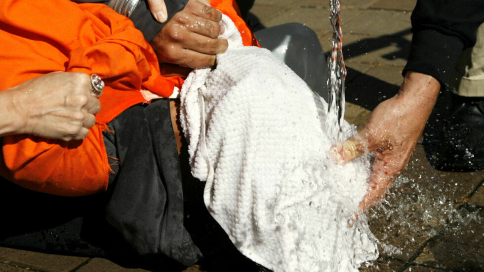 VANNTORTUR: Demonstranten Maboud Ebrahimzadeh simulerer drukningstortur utenfor justisdepartementet i Washington. Foto: REUTERS/Kevin Lamarque/SCANPIX