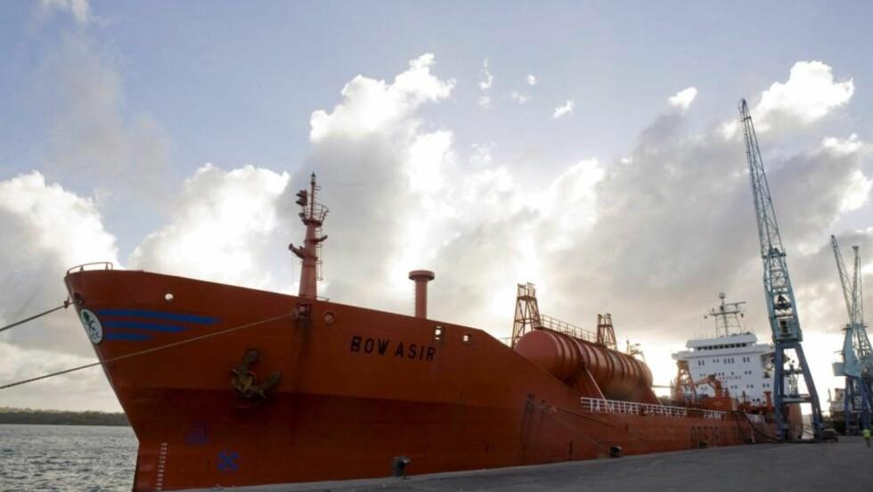 FRIGITT: Kjemikalietankeren Bow Asir kom til Mombasa 13. april etter å ha blitt frigitt av piratene et par dager tidligere. Nå er endelig skipet og mannskapet på 27 ute av det piratfarlige farvannet, og legger i kveld til kai i Sør-Afrika, forteller den norske kapteinen om bord.  Foto: EPA/SARAH ELLIOT/SCANPIX