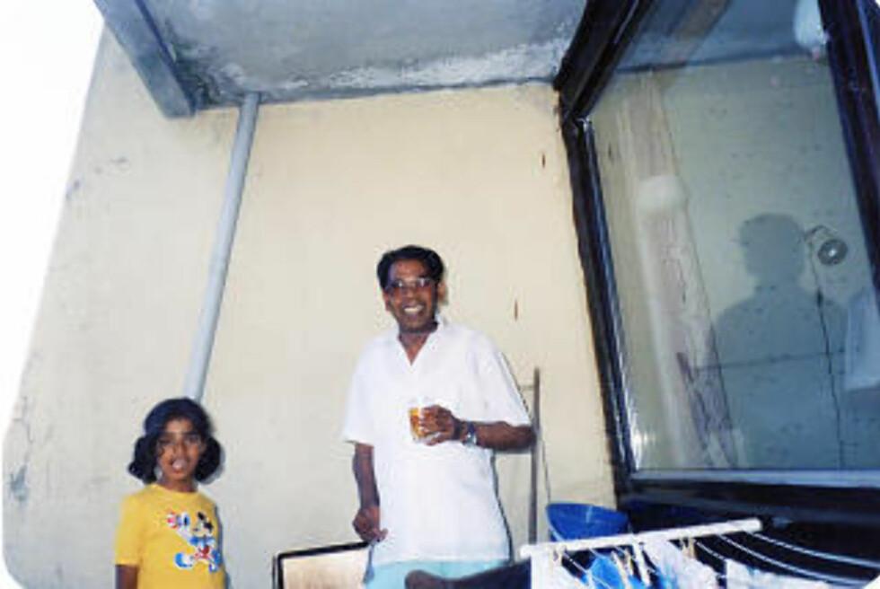 PAPPA DØDE: Lubna savner fortsatt pappaen sin. Shahin Shah Jaffery døde bare 59 år gammel i 2002. Her er far og datter avbildet på verandaen i Åsane da Lubna var ni år. (FOTO: PRIVAT)
