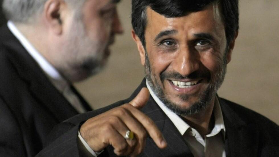 PÅ PLASS: Mahmoud Ahmadinejad på plass i Geneve - tilsynelatende i godt humør. Norges utenriksminister Jonas Gahr Støre advarer ham mot å gå over streken. Foto  EPA/LAURENT GILLIERON/SCANPIX