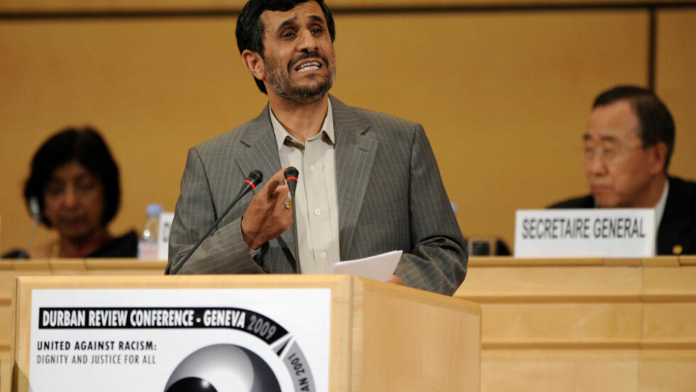 TALTE: Irans president Mahmoud Ahmadinejad kritiserte USA og Israel kraftig i sin tale på FNs rasismekonferanse mandag. Foto: AFP/SCANPIX