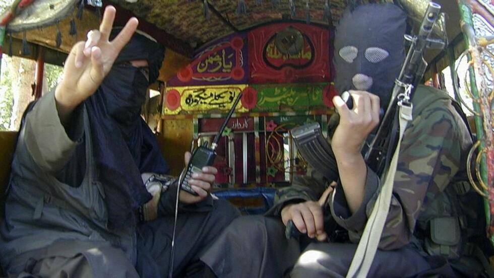 TRAKK SEG UT: Medlemmer av pakistanske Taliban poserer foran kameraet, idet de trekker seg ut av Buner-distriktet, som de tidligere i uken hadde inntatt. Forskere mener tilbaketrekkingen bare er en ren taktisk manøver. Foto: REUTERS/Stringer/SCANPIX
