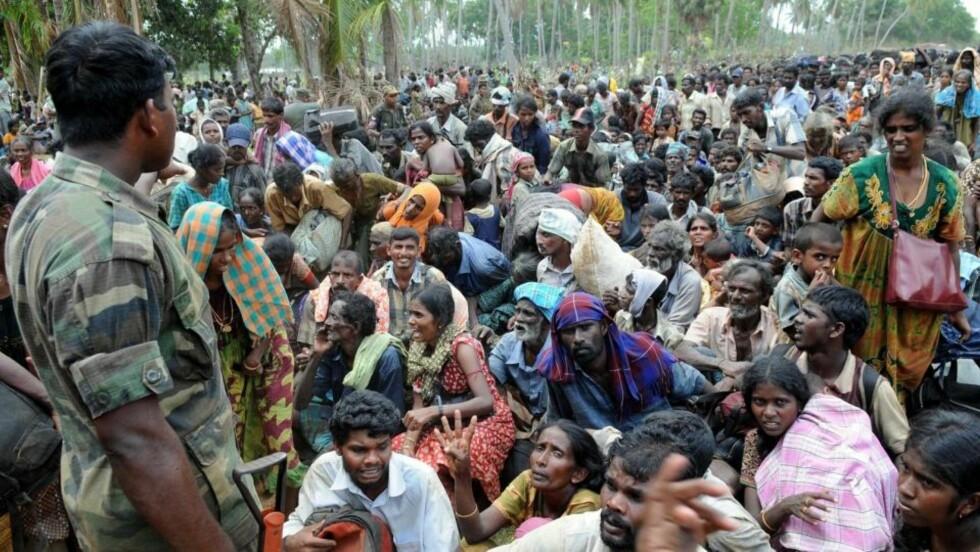 SLAPP UT: En regjeringssoldat holder øye med folk som er flyktet fra området som LTTE-geriljaen kontrollerer nordøst på Sri Lanka. Foto: REUTERS/SCANPIX