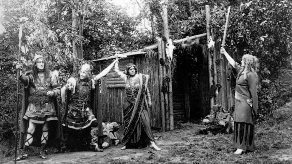 GERMANSK TEATER: Mytene som ble skapt om germanerne på slutten av 1800-tallet sa at de både var kultiverte og barbariske. Teaterforestillinger ble det - til tross for ambivalens. Bildet viser en framføring at stykket «Wölund» basert på norrøn mytologi. Det ble fremført på den völkische friluftsscenen Hartzer Bergtheater. Stykket var skrevet av Ludwig Fahrenkrog som var leder av det nyhedenske trossamfunnet Germanische Glaubensgemeinschaft (GGG). Foto: Fra boka