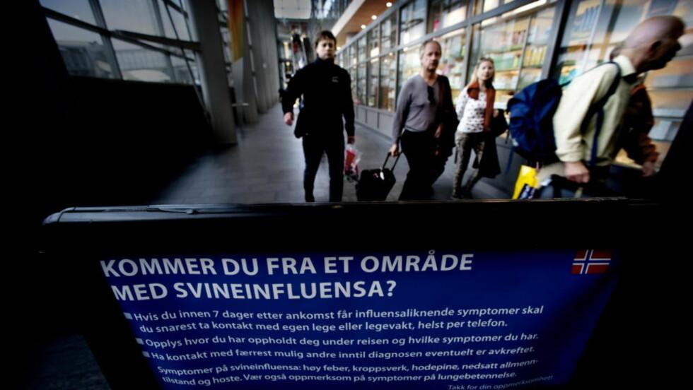 BLIR MØTT MED PLAKAT: Reisende til Norge blir møtt med denne plakaten når de ankommer Gardermoen. Foto: John Terje Pedersen