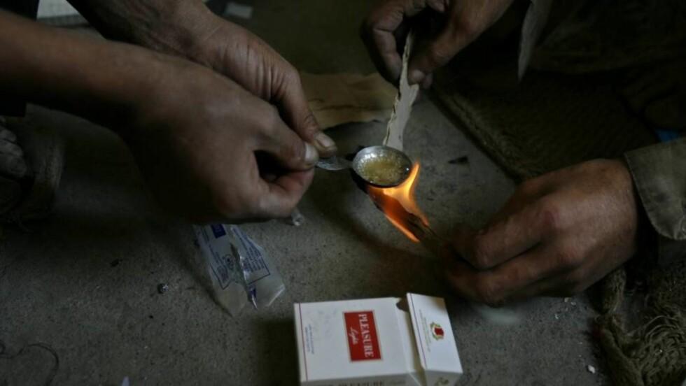HEROIN: Bergens Avisen skriver i dag at ungom får heroin av narkotikalangere i Bergen. Utekontakten i Bergen sier til Dagbladet at de kjenner til dette, men at de videreformidlet informasjonen til politiet for flere måneder siden. Politiet på sin side, hevder imidlertid de aldri har hørt om problemet. Foto: REUTERS/Ahmad Masood/SCANPIX