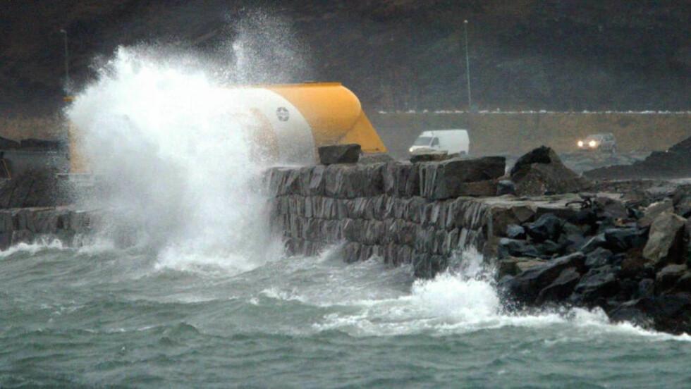 FULL STORM: Folk blir advart mot å nærme seg kysten i Midt-Norge i kveld for å se på monsterbølgene. Bildet er fra en tidligere anledning da værgudene herjet på Trøndelagskysten.  Foto: SCANPIX