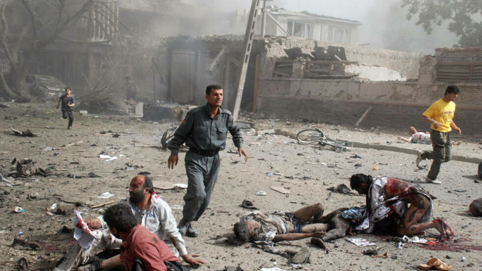 FORSØKT VERVET: Dagbladet får bekreftet at en afghansk statsborger som søkte asyl i Norge, ble forsøkt vervet av en imam. Dette vervingsforsøket ble PST informert om i sommer. Her er overlevende etter et selvmordsangrep ved den indiske ambassaden i Kabul 7. juli i sommer. Illustrasjonsfoto: AFP/Scanpix