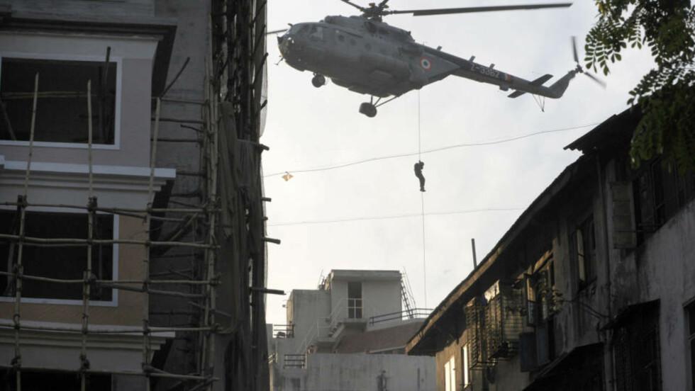 STORMET LEILIGHETSKOMPLEKS: Indiske styrker stormet fredag morgen lokal tid det jødiske senteret der flere terrorister har tatt gisler etter terrorangrepet i Mumbai onsdag. Foto: PEDRO UGARTE/AFP/SCANPIX