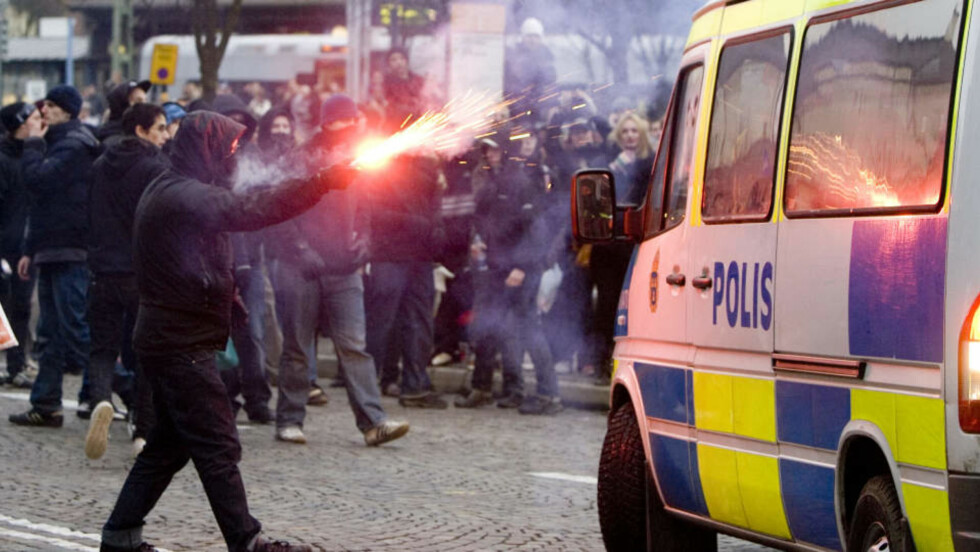 GATEOPPGJØR:  Høyreekstreme demonstranter og aggressive motdemonstranter barket sammen i Lund i Sverige søndag kveld. En fotograf oppleve å bli truet da han tok bilder -for siden å få bilen ramponert. Foto: Drago Prvulovic / SCANPIX
