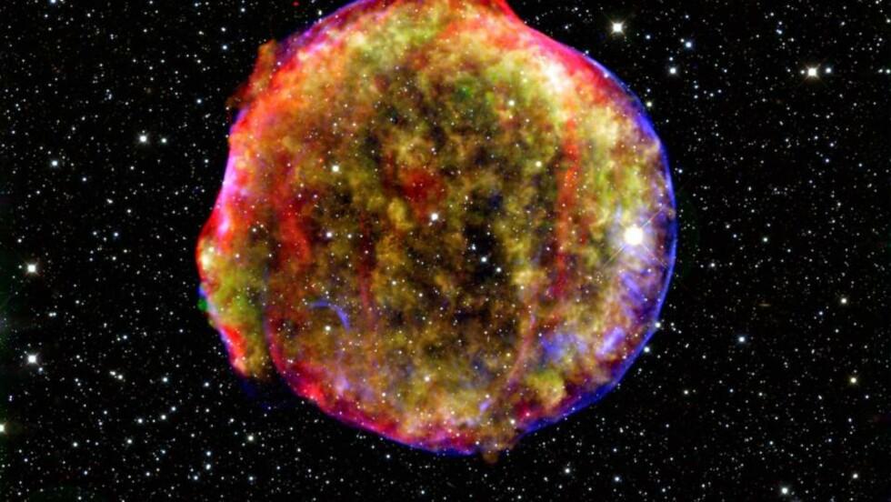 DETTE SÅ BRAHE: Dette bildet fra NASA er en gjengivelse av stjerneeksplosjonen som inspirerte Tycho Brahe til en karriere som astronom. Foto: SCANPIX/AP/NASA