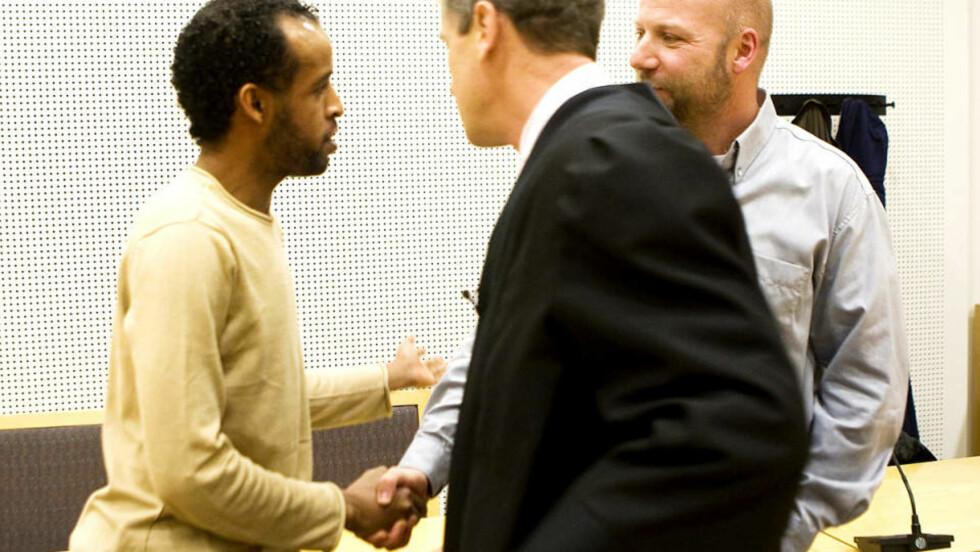 MØTTES I RETTEN: Ali Farah og Erik Schjenken tok seg en prat i retten i dag, før dommen falt. Foto: Heiko Junge/Scanpix