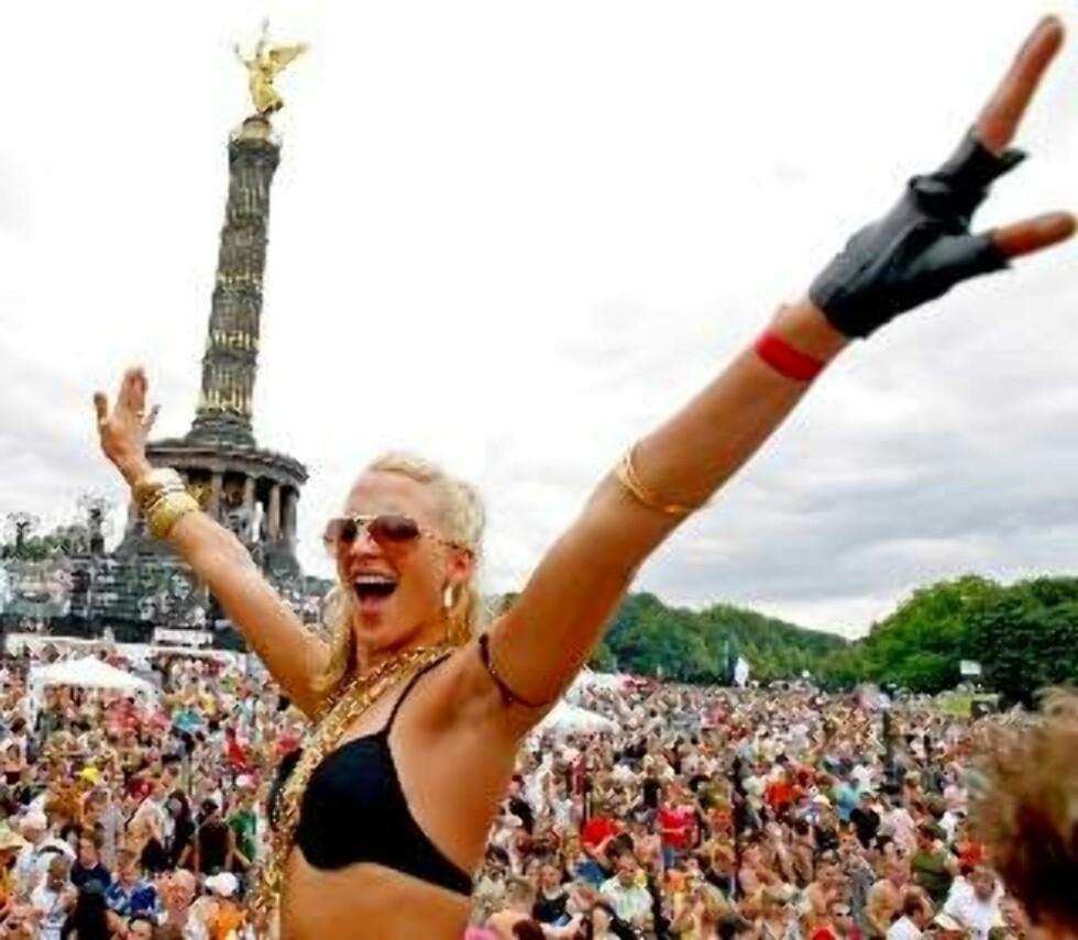 KJÆRLIGHET: Dette er fra Love Parade i Berlin, i 2006. Foto:EPA/MARCEL METTELSIEFEN/SCANPIX