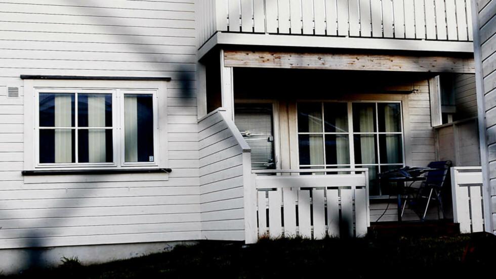 SKREKKLEILIGHET: I dette bolighuset i Haugesund fant politiet en alvorlig skadd og forkommen 16-åring som skal ha blitt holdt fanget av en ungdomsgjeng i to dager. Foto: ERLING HÆGELAND