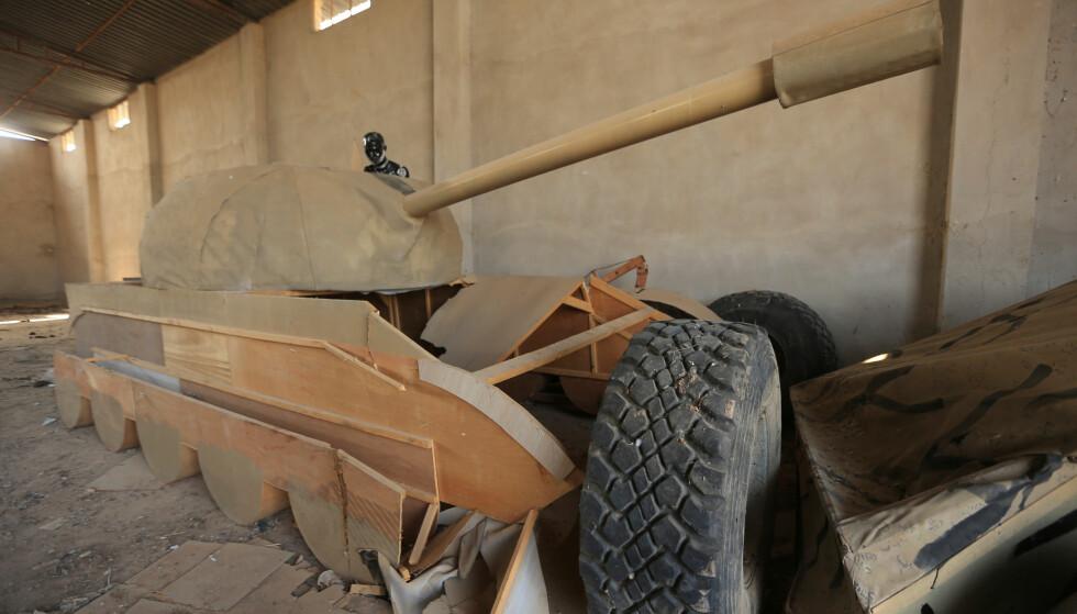 JUKSETANKS: Her er en av de halvferdige juksetanksnene irakiske styrker har funnet under fremrykkingen til Mosul. Det er også funnet fem replikaer av feltvognen Humvee. Foto: REUTERS/Ari Jalal