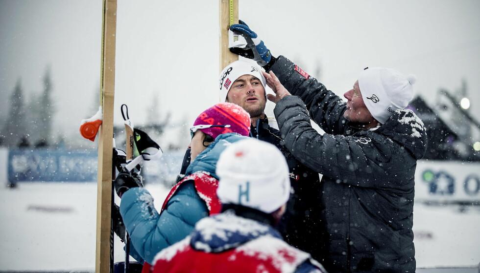 MOTSTANDER: Petter Northug og stavene ble målt før start. Den nye stavregelen synes Northug er komisk. Foto: Bjørn Langsem / Dagbladet
