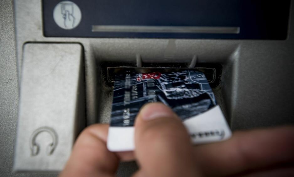 - PASS PÅ KORTET: I mange tilfeller får svindlerne tilgang på den eldres betalingskort og pinkode. Dermed kan de ta ut store beløp i minibank. Foto: Thomas Rasmus Skaug / Dagbladet