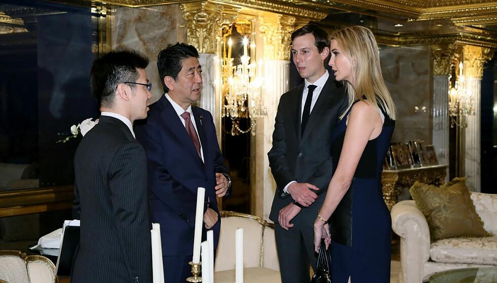 VEKKER OPPSIKT: Her står Ivanka Trump og hennes ektemann Jared Kushner i samtale med Japans statsminister Shinzo Abe (andre fra venstre). Bildet vekker oppsikt. Foto: Handout fra japanske myndigheter / AFP/ NTB Scanpix.