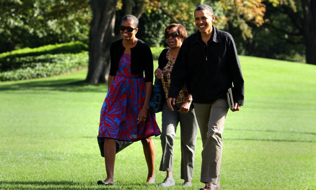 I THEALLETS DESIGN: Michelle og Barack Obama avbildet sammen med hennes mor, Marian Robinson, utenfor Det hvite hus etter et besøk på Camp David i 2011. Foto: Chris Kleponis / AFP / NTB Scanpix