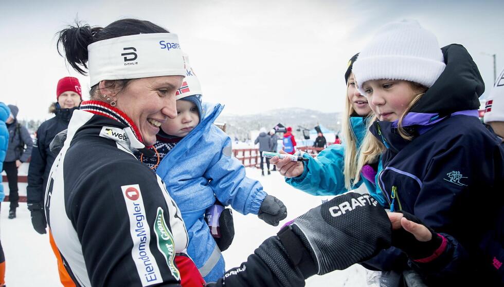 BEST IGJEN: Marit Bjørgen vant sitt første renn i comebacket etter at hun ble mor til Marius. Etter målgangen var både mor og sønn svært populære. Foto: Bjørn Langsem / Dagbladet