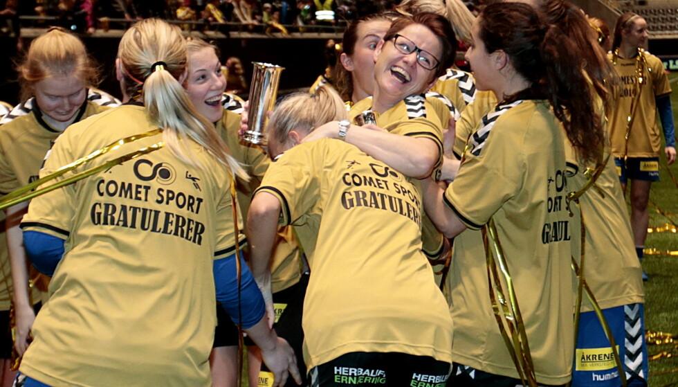 GULLFEST: Monica Knudsen ble hyllet etter at LSK Kvinner slo Røa i helgas cupfinale. Foto: NTB Scanpix