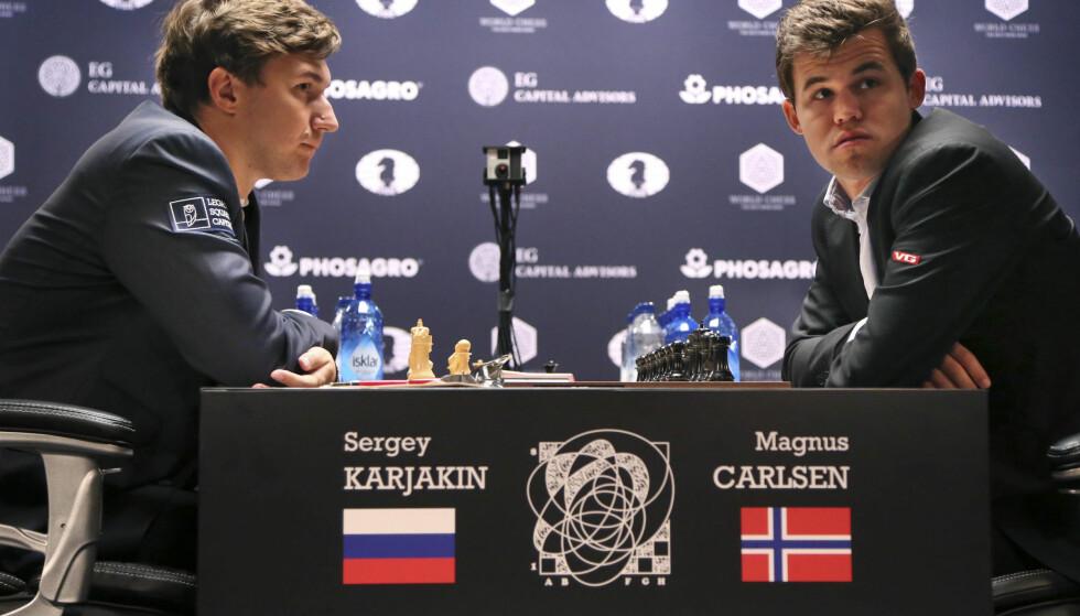 FORTSATT REMIS: Regjerende verdensmester, Magnus Carlsen (t.h.) møtte utfordreren Sergej Karjakin til det sjuende partiet i sjakk-VM i New York søndag. Foto: AP Photo/Seth Wenig