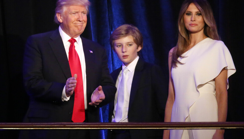 BLIR I NEW YORK: Donald Trump med sønnen Barron og konen Melania under valgnatten 9. november. Foto: REUTERS / Carlo Allegri / NTB scanpix