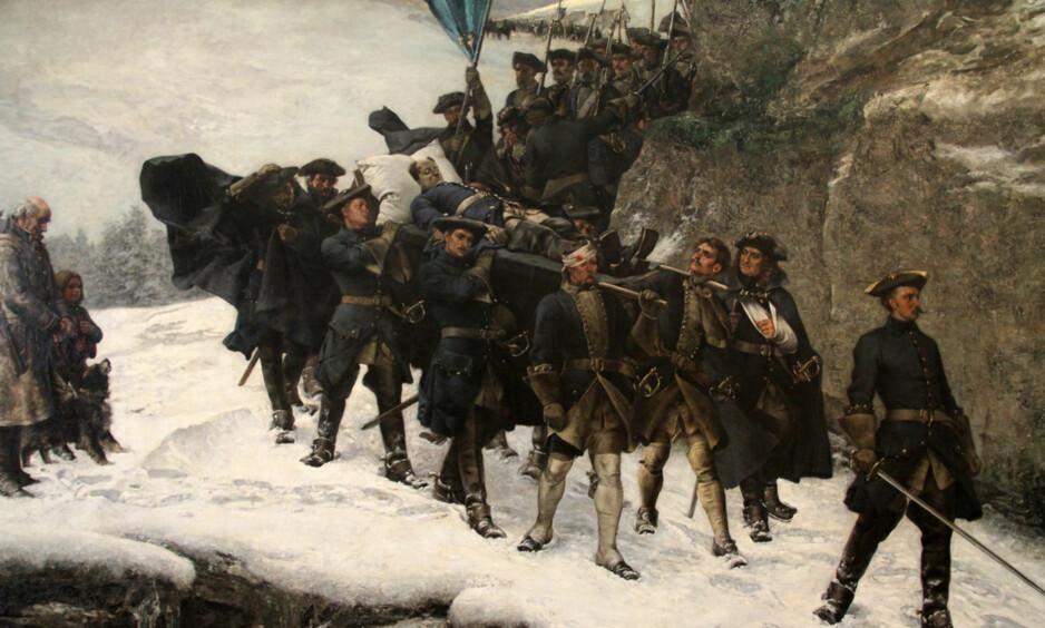 NEDERLAG: Kong Karl XII bæres hjem etter at han ble drept under et forsøk på å invadere Norge. Likferden er malt av Gustav Cederström.