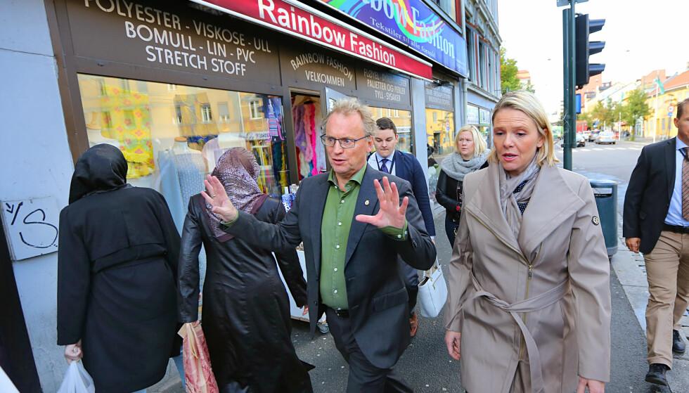 I FARTA: Innvandrings- og integreringsminister Sylvi Listhaug (Frp)i bydel Gamle Oslo. Byrådsleder Raymond Johansen (A) er vert. Foto: NTB/Scanpix