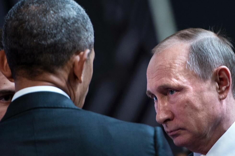 MØTTES: Russlands president Vladimir Putin og USAs president Barack Obama hadde et kort møte i Peru tidligere denne uka. Der diskuterte de blant annet situasjonen i Ukraina. Foto: AFP PHOTO / Brendan Smialowski