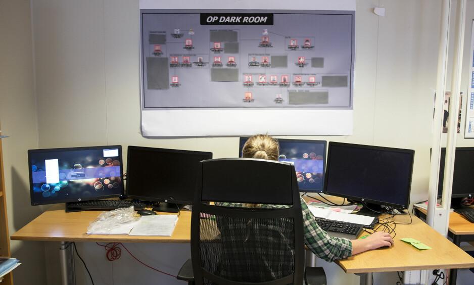 HER AVSLØRTE DE PEDOFILINETTVERK: 25 etterforskere i Vest politidistrikt har jobbet siden nyttår med Operasjon «Dark Room» i Bergen. De har sendt fra seg et titall saker til andre politidistrikter, som igjen har avdekket nye saker. Foto: Simen Sundfjord Otterlei / NRK